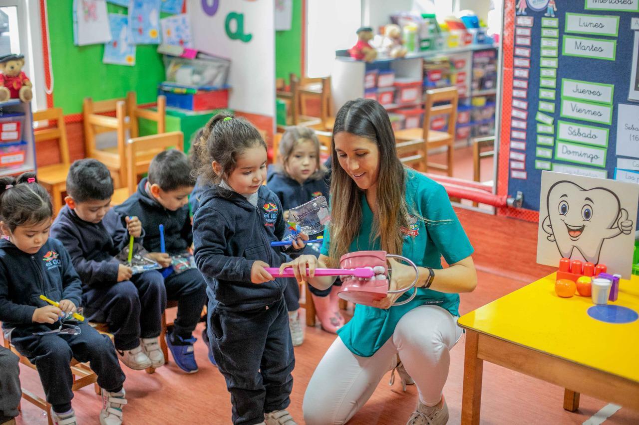 Educadora de párvulos enseñando a los niños a cepillarse